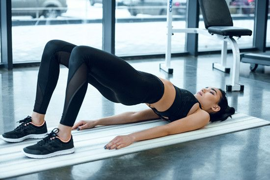 A woman is doing bridge exercise to prevent SI Joint pain