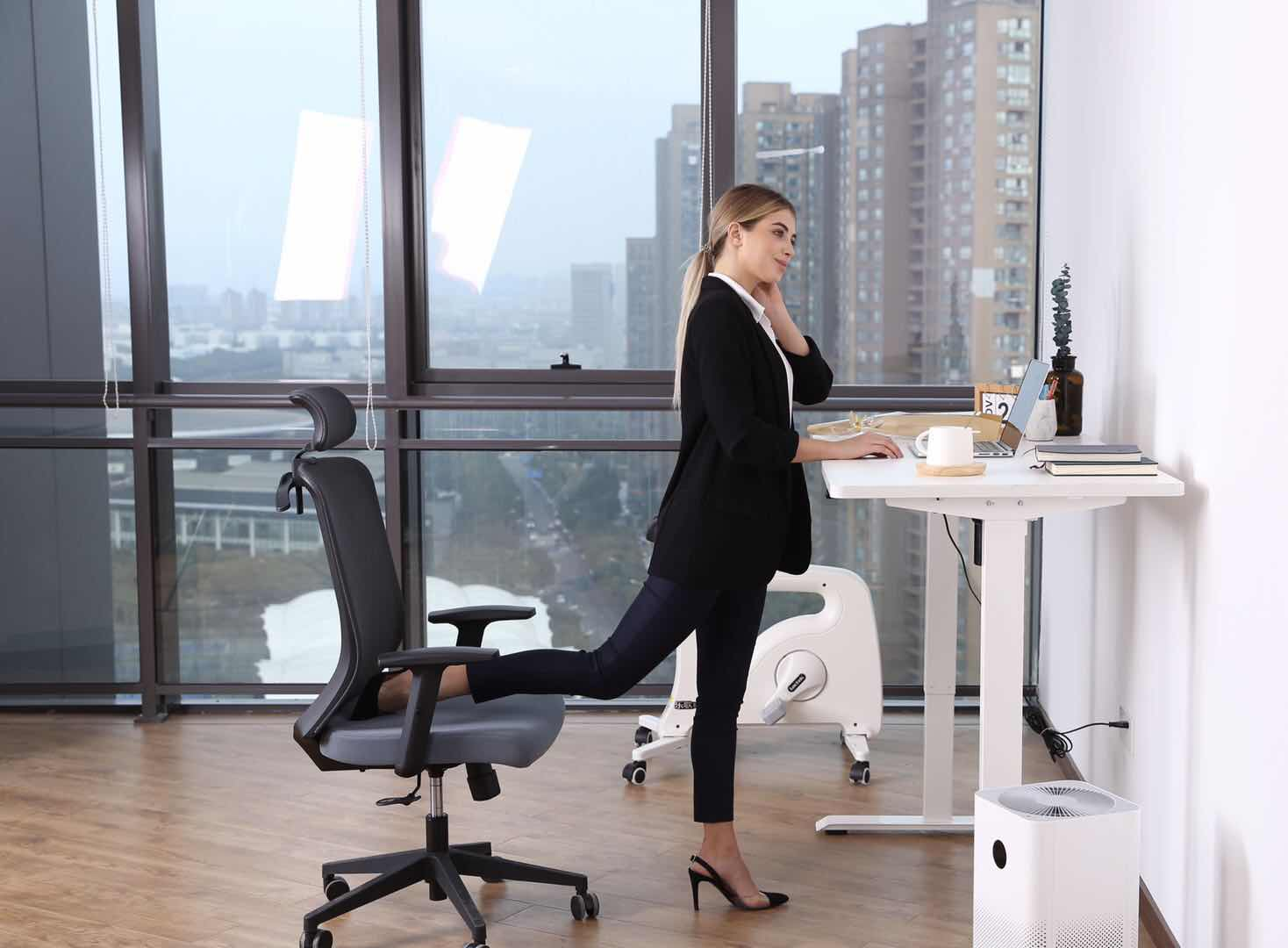 The Ergonomic Difference Between Working at a Standing Desk vs Sitting