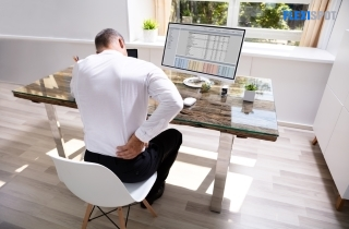 man experienced back pain while working